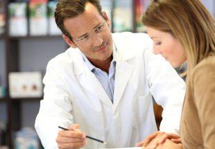 Pharmacien expliquant un traitement à une patiente