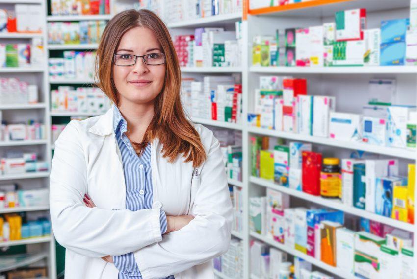 Pharmacienne posant debout dans son officine