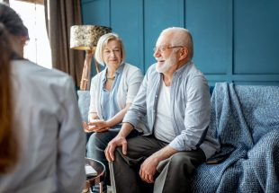 Consultation d'un couple senior chez le médecin