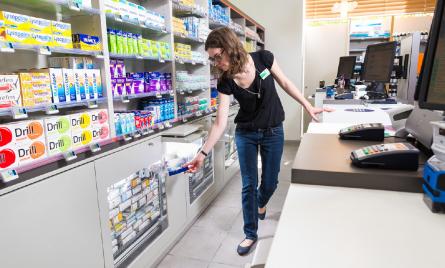 Pharmacienne prenant une boîte de médicaments