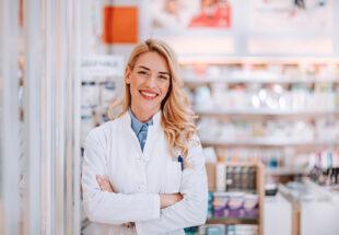 portrait d'une pharmacienne souriante dans son officine
