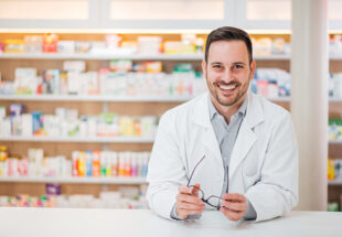 Pharmacien souriant à son comptoir